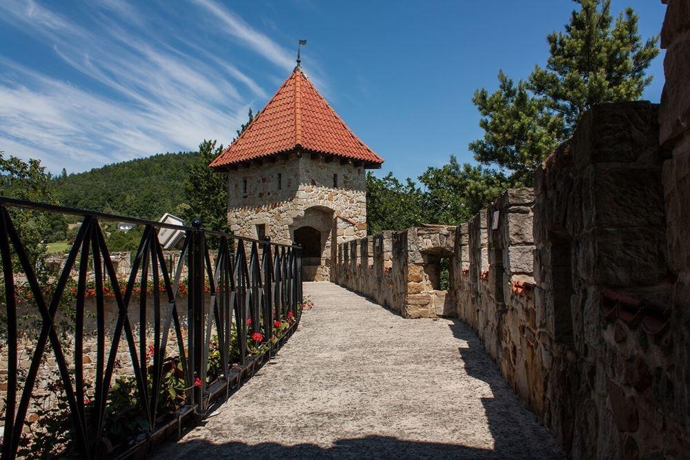 Zamek Tropsztyn mury zamkowe