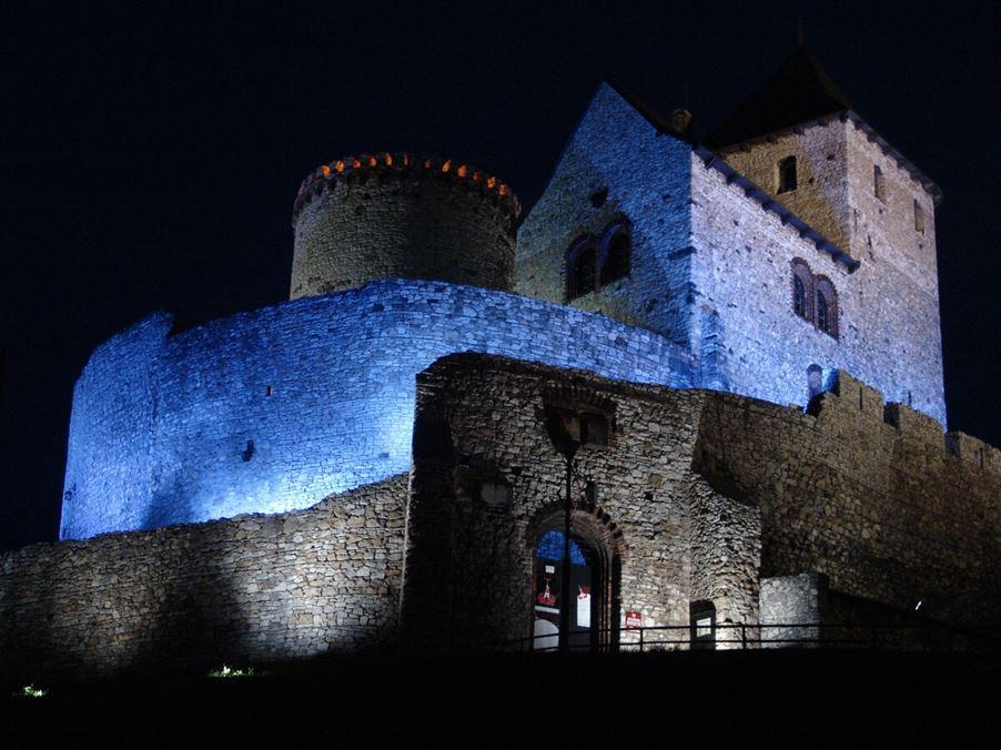 zamek w będzienie nocą