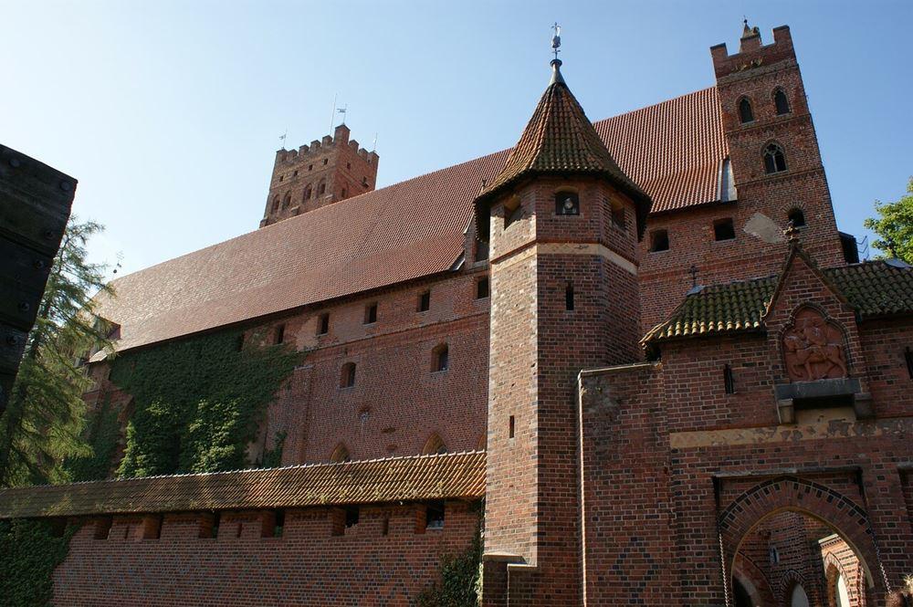 Zamek w Malborku widok na mury