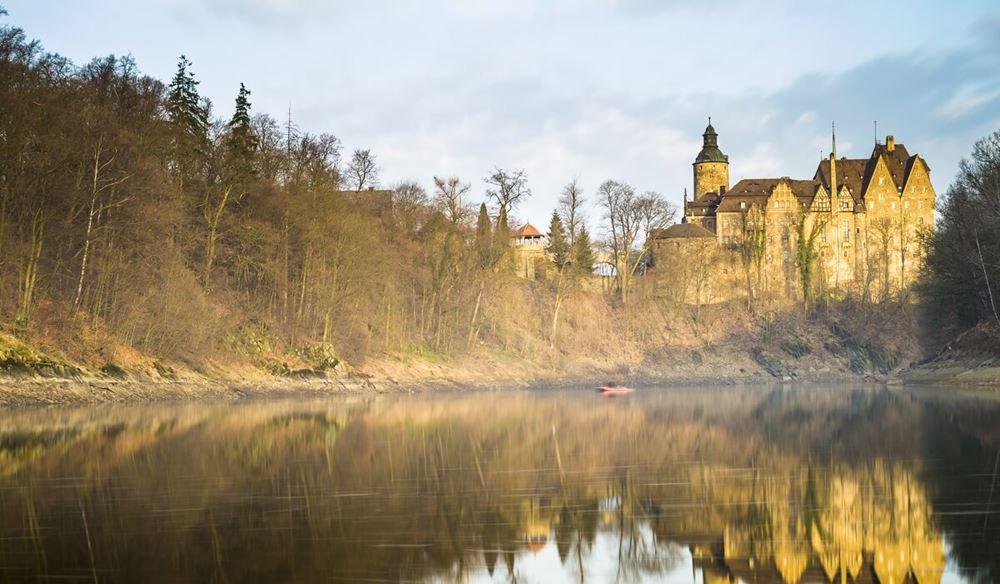 Widok na Zamek Czocha od strony jeziora.