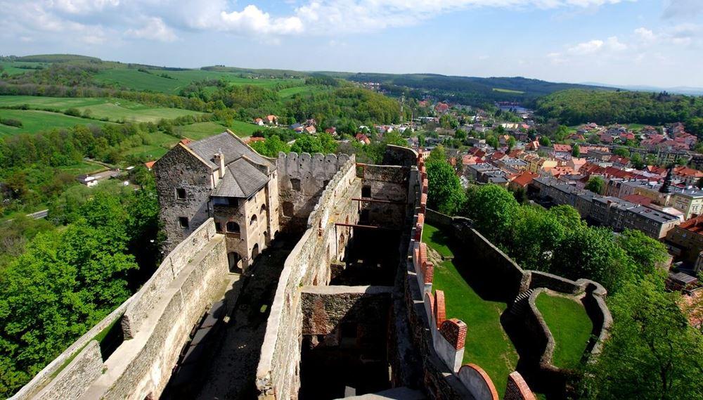 Widok na Zamek Bolków - castle party