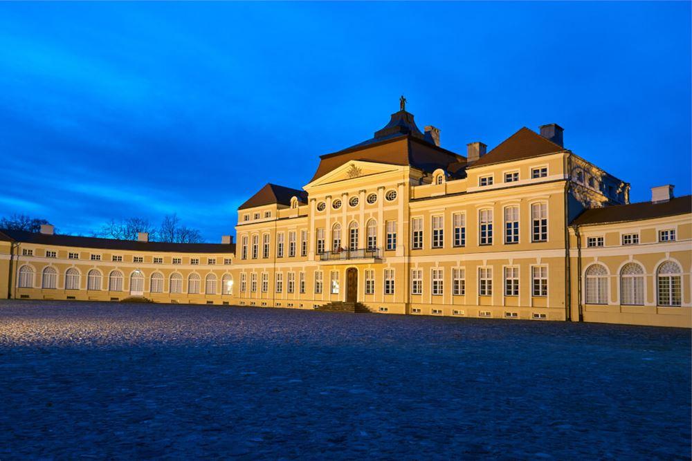 Pałac w Rogalinie wieczorową porą.
