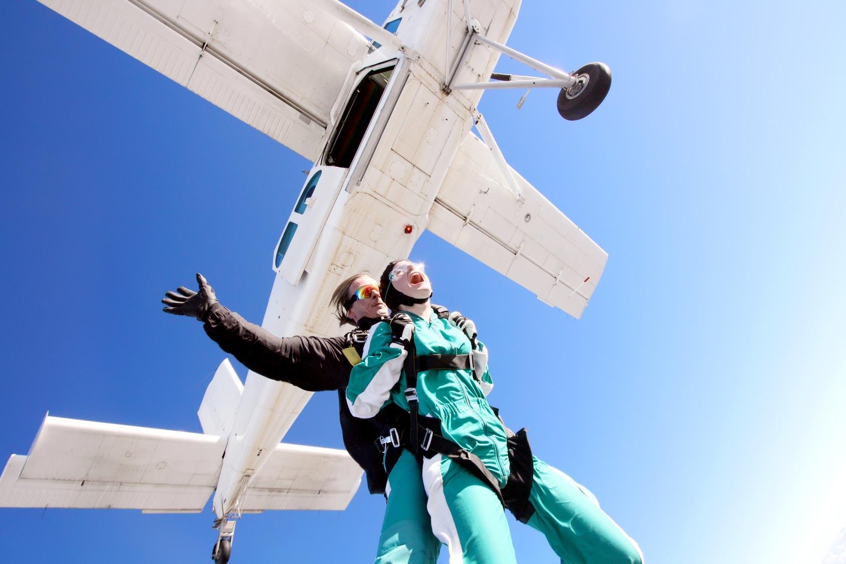 Skok ze spadochronem – jak to wygląda?