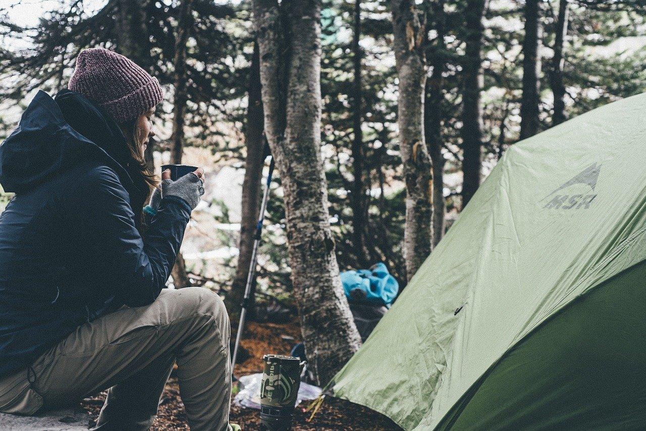 jedzenie koło namiotu na biwaku
