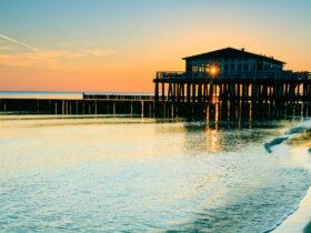 Apartamenty nad morzem w Ustroniu Morskim – widok na molo o zachodzie słońca